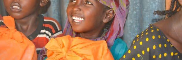 """""""Fă un copil să zâmbească, oferă un cadou de Crăciun"""" – copiilor din Kenya, Coasta de Fildeș și Panama"""